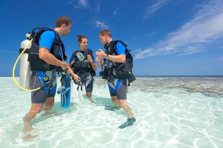 divers lagoon talking